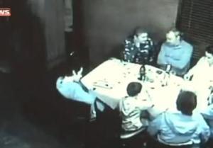 Familia disfruta de una comida, cuando borracho se los lleva por delante (Video + OMG)