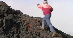Hombre sorprende al mundo caminando sobre lava (Video)