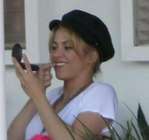 Mira cómo Shakira se saca la comida de sus dientes (Fotos)