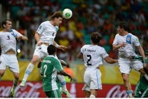 Uruguay vence a Nigeria por 2-1 y a un paso clave para llegar a semifinales