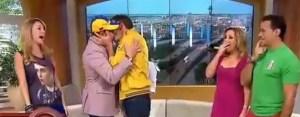 El beso de Carlos Ponce y Daniel Sarcos (Video)