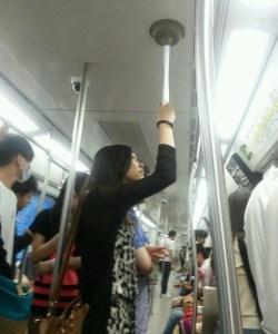 Con esto no te caerás en el metro (Foto + genial)