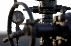 Precios del crudo retroceden por caída de depósitos en EEUU