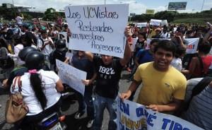Docentes consignan documento en Embajadas sobre conflicto universitario