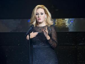 ¿Adele rebaja unos kilitos?….No, pero su figura de cera sí (Fotos)