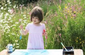 Pequeña niña autista asombra con sus pinturas (Fotos)