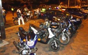 Policía preso sale a pasear de noche