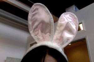 Empresa castiga a empleada obligándola a usar orejas de conejo