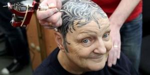 Una anciana se cansó de la peluca… ¡Y se tatuó la cabeza! (Foto)