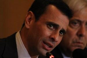 """Capriles considera """"un honor"""" que """"el corrupto más grande de la historia de Venezuela"""" los ataque"""