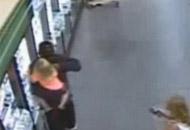 En video: Atrapó a pequeña niña, le puso un cuchillo en la garganta y la policía le disparó en la cabeza