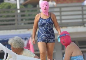 "Ni bikinis ni trikinis utiliza ""facekinis"", una prenda de baño muy particular (Foto + Atrévete)"
