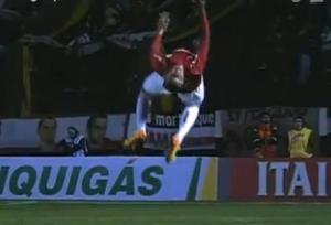 Este futbolista se lesionó tras celebrar un gol con un mortal (Video)