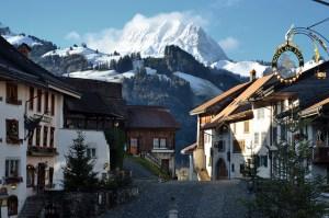 Hogares suizos se conforman por más personas solas y menos niños