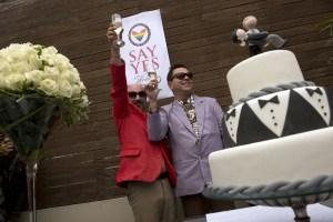 Así le cayó el arroz y los pétalos a la primera pareja gay casada en Uruguay (Fotos)