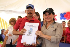 Evelyn Rosales entregó títulos de propiedad de tierras a vecinos de Lomas de San Fernando