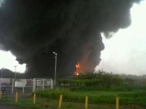 Impacto de un rayo causa explosión en refinería de Puerto La Cruz, desalojan habitantes de la zona (FOTOS)
