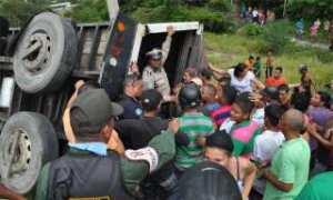 Se roban embutidos tras volcamiento de camión en Barquisimeto