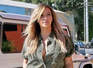 A Kim con esta camisa desabotonada se le vio nada (Foto)