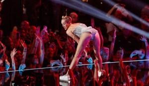 """Miley Cyrus certifica su transformación en una """"perra mala"""""""