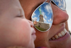 Turistas felices por reapertura de la Estatua de la Libertad (Fotos)