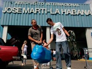 Lágrimas y emociones en aeropuerto de Cuba por vuelos de NY