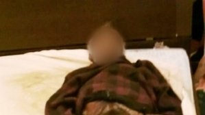 Una mujer compartió un año la cama con el cadáver de su marido