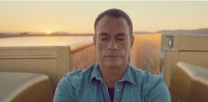 Jean-Claude Van Damme sorprende con acrobacia con autos en movimientos