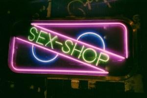 Pide trabajo en un Sexshop y aprovecha para probar el mejor vibrador