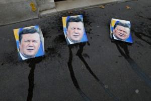 Las nudistas Femen también protestaron contra Yanukovich orinando en su cara (Fotos)