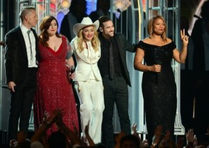 Boda masiva en los premios Grammy robó el show a Daft Punk (Fotos)