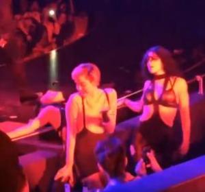 Miley Cyrus le roba el protagonismo a Britney Spears al besar a una bailarina (Video)