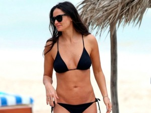"""Demi Moore luce """"la cuerpa"""" y nuevo novio en la playa  (Fotos)"""