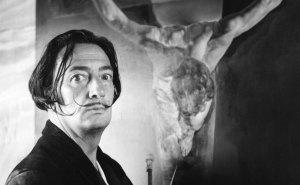 Salvador Dalí trabajó con PlayBoy mientras las conejitas desnudas idolatraban a un huevo gigante (fotos)