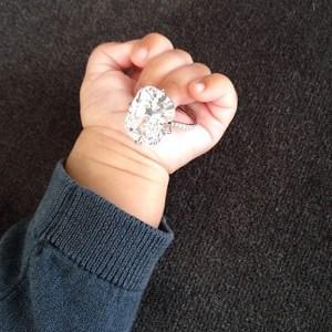 Kim Kardashian le pone su anillo de compromiso a North (Foto)