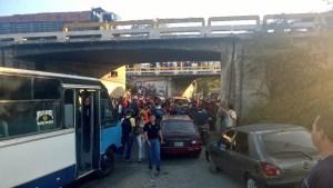 Cuatro muertos tras caer carro al distribuidor Tapa Tapa (Fotos)
