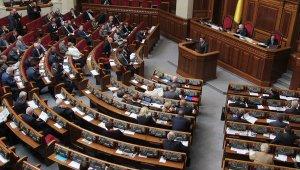 Parlamento de Ucrania nombra a presidente interino, busca nuevo gobierno