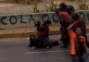 Revelan nuevo video de la joven golpeada salvajemente por la GNB