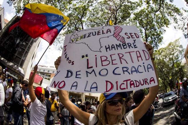 OPOSITORES AL GOBIERNO VENEZOLANO SE MANIFIESTAN FRENTE A LA SEDE DE LA OEA