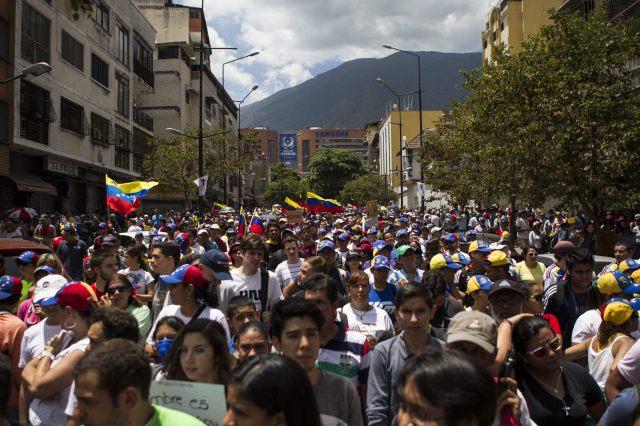 """OPOSICIÓN Y ESTUDIANTES MARCHAN EN CARACAS POR """"RESURRECCIÓN"""" DE DEMOCRACIA"""