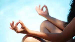 Clases de yoga sin ropa ¿Quién se atreve?