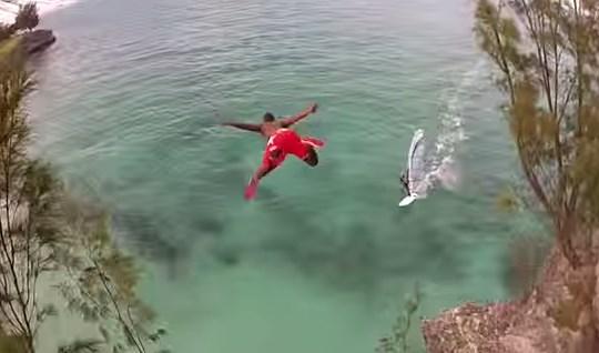 El casi accidente de un clavadista con un windsurfer que quedó grabado para la eternidad