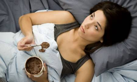 mujer-triste-comiendo-chocolate