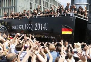 Una multitud eufórica recibe a los campeones del mundo en Berlín (Fotos)