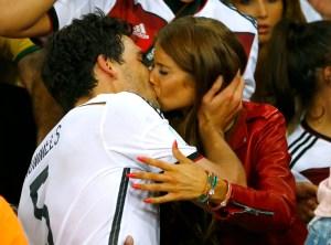 A punta de besos celebran los jugadores alemanes con sus novias la gloria (UEPAJEI)