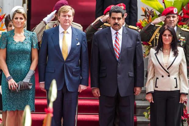 Nicolás Maduro y Cilia Flores posan junto a los reyes de Holanda en el Palacio de Miraflores del 23 de noviembre de 2013 / Foto AVN