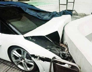 Empleado de un hotel estrelló un Lamborghini contra un muro (Video + Foto)
