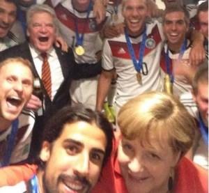 """La """"selfie"""" Campeona del Mundial… Merkel y los jugadores de Alemania (Foto)"""