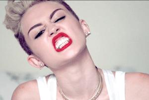 Miley Cyrus se enfrentó a este famoso diseñador por insultar a su amiga Selena Gomez