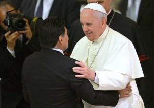 Maradona abrazó y besó al Papa (Fotos)